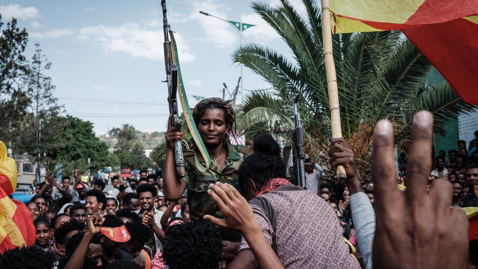 محتفلون في ميكيلي يحملون إحدى جنديات قوات الدفاع عن تيجراي