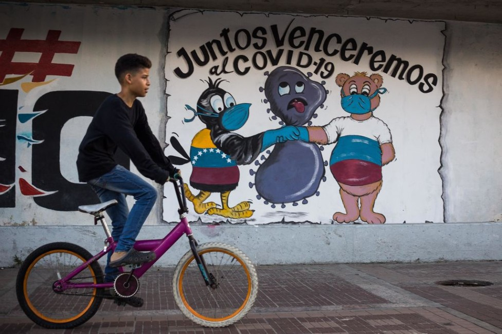 Adolescente en una bicicleta