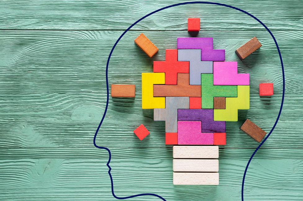 Un cerebro hecho de bloques de colores en forma de una bombita de luz