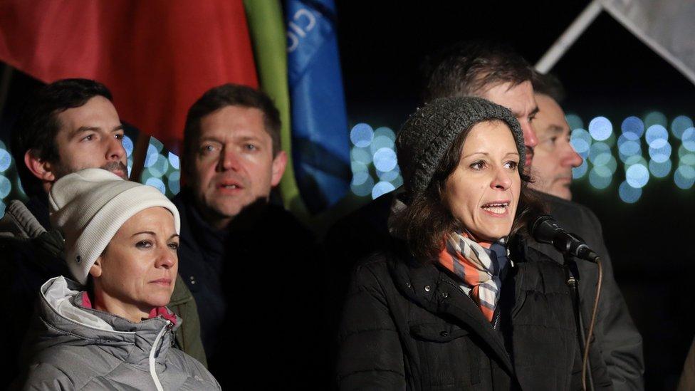 Bernadet Šel, nezavisna poslanica, u obraćanju demonstrantima ispred državne televizije