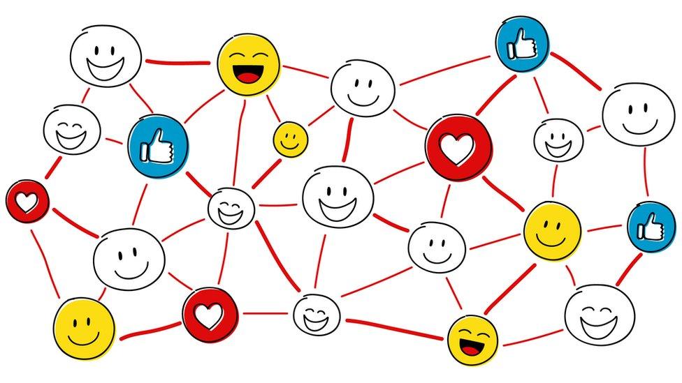 Redes conectando caras felices