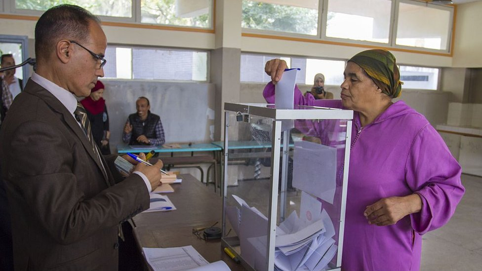 امرأة تدلي بصوتها خلال الانتخابات النيابية في عام 2016