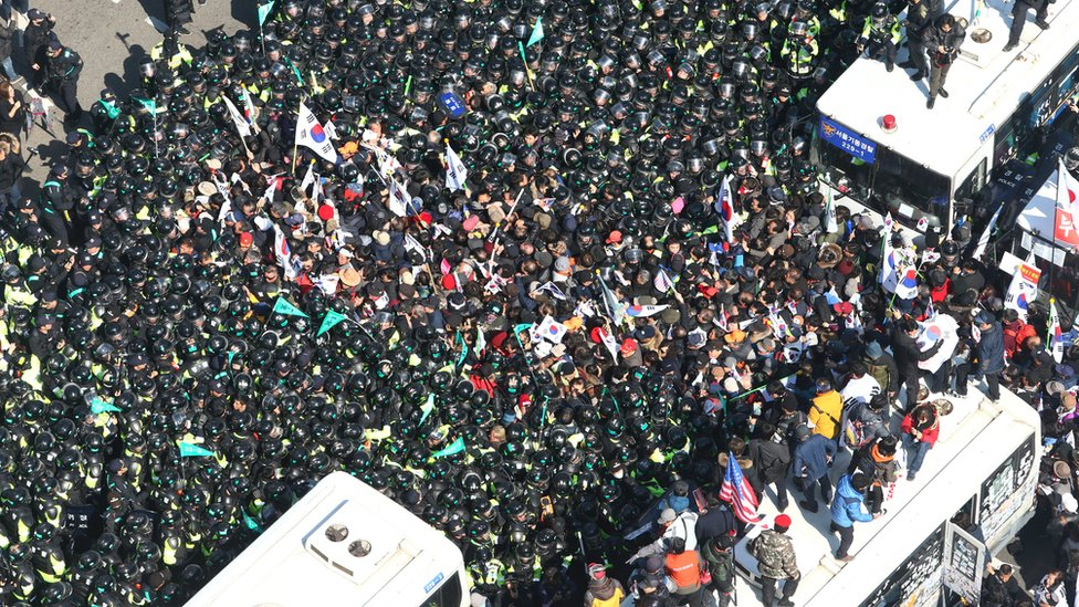 Supporters of impeached South Korean President Park Geun-hye scuffle with riot police near the Constitutional Court in Seoul, South Korea, March 10, 2017.