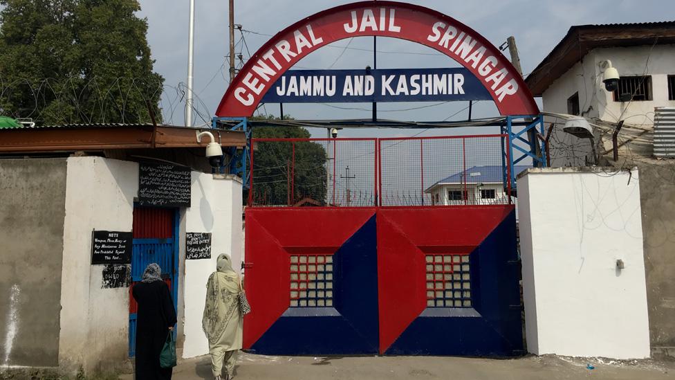 Binlerce Keşmirli tutuklandıktan sonra Hindistan'ın çeşitli yerlerindeki cezaevlerine götürüldü