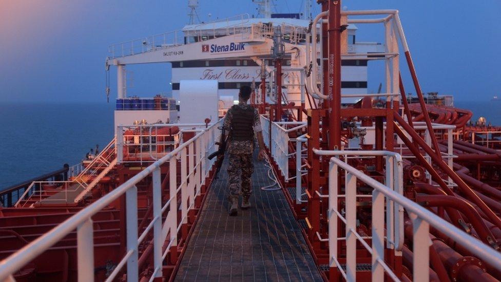 أحد عناصر الحرس الثوري الإيراني على متن الناقلا ستينا إمبيرو