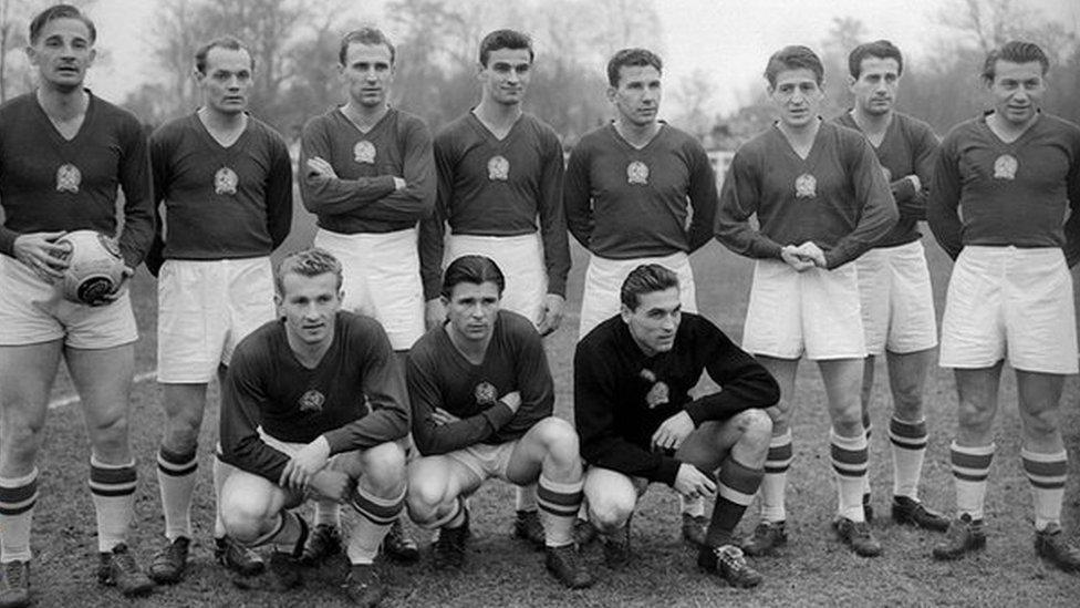 Ferenc Puskas (al medio de la primera fila) fue la fuerza que lideró el avance de Hungría, que sorprendió al mundo en 1950.