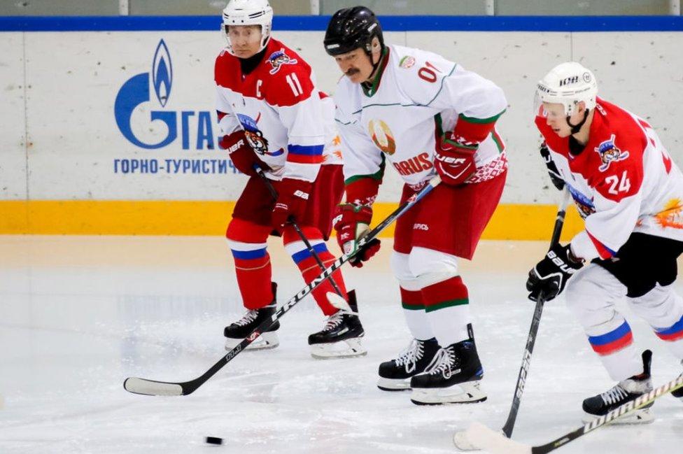 二月份,盧卡申科(中)和普京(左)在俄羅斯城市索契參加冰球友誼賽
