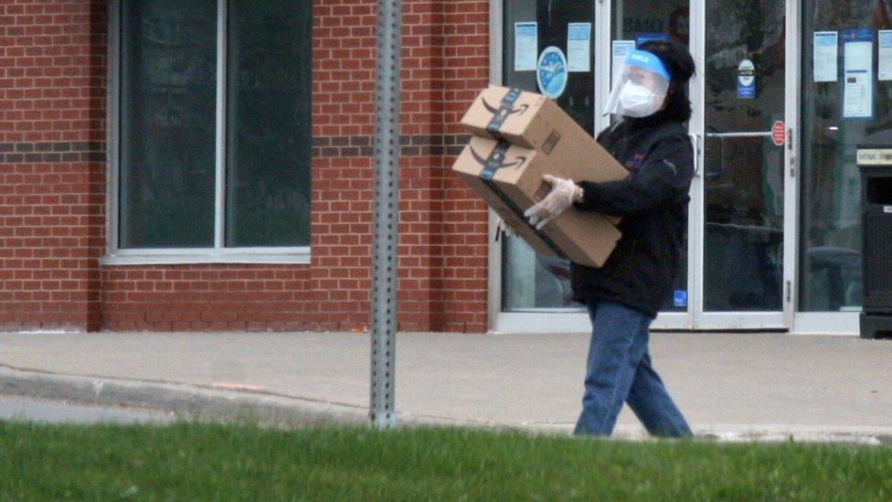 Entrega de Amazon mascarillas y guantes.