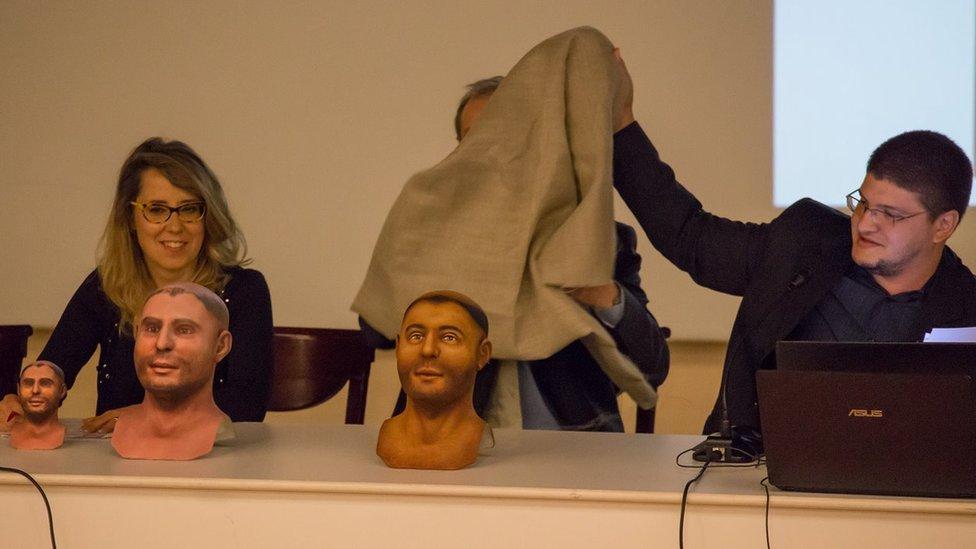 O designer brasileiro Cicero Moraes revela o busto 3D de Santo Antônio, em 2014.