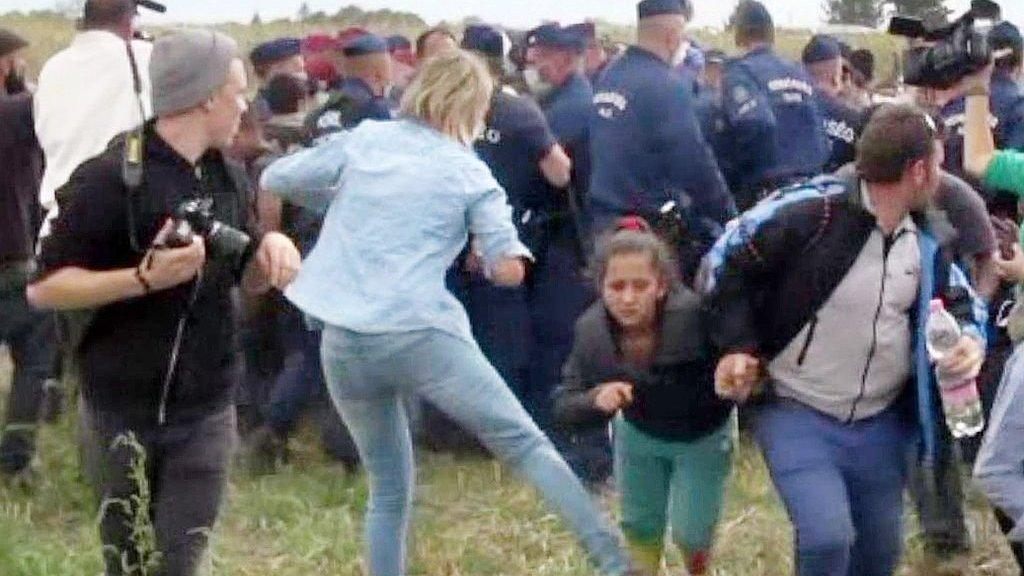 Угорську операторку, яка збила з ніг мігранта, виправдали