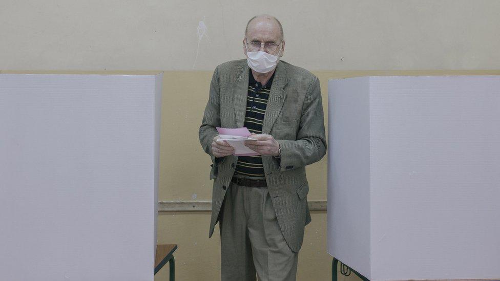 Izbori su prvobitno raspisani za 26. april, ali su odloženi zbog pandemije korona virusa