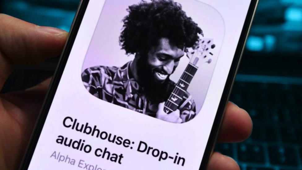 Un celular con la aplicación Clubhouse abierta