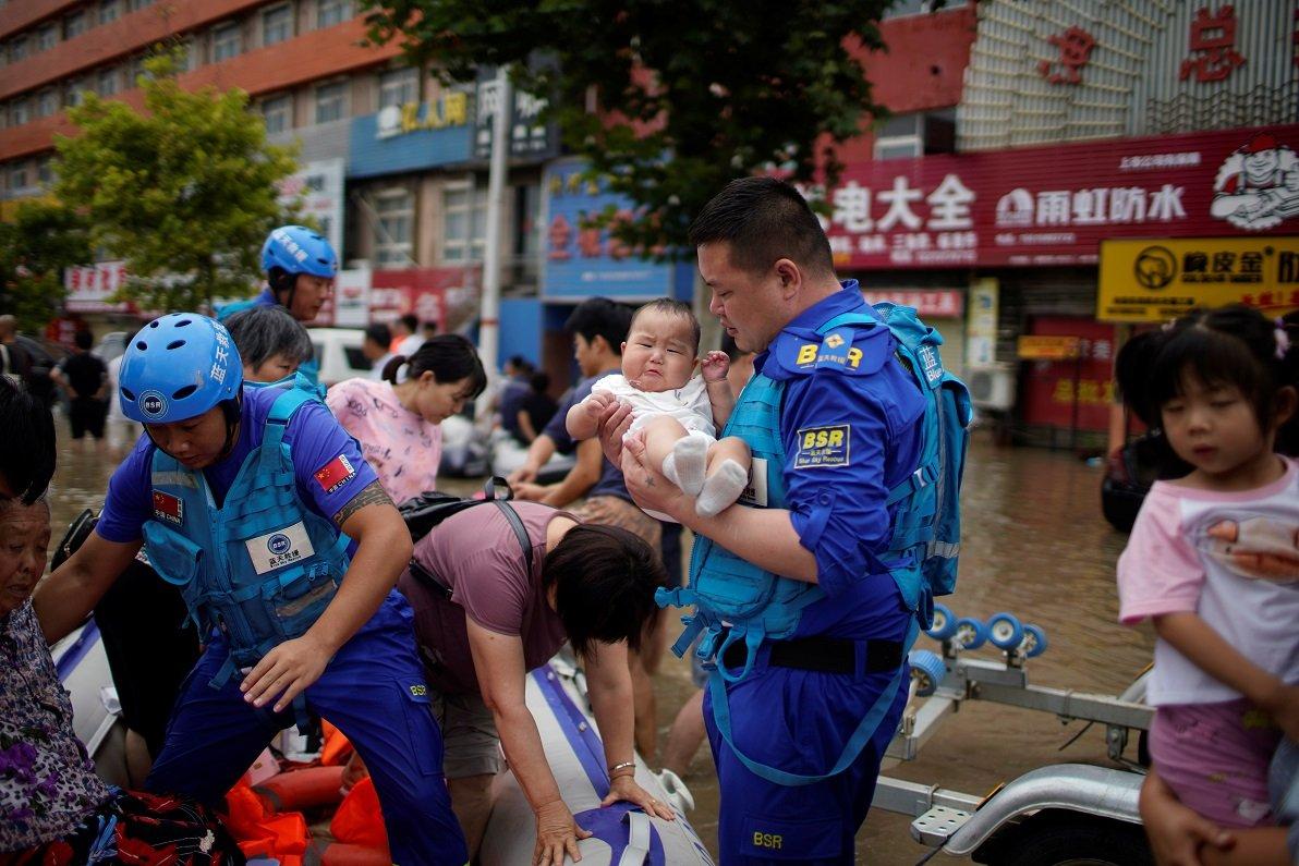 鄭州的志願者幫助疏散民眾。