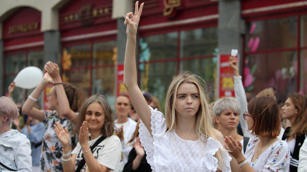 白俄羅斯(白羅斯)首都明斯克街頭一名參與反對派示威的少女舉起勝利手勢(12/8/2020)