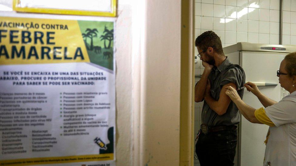 Un hombre es vacunado en clinica en Brasil durante un brote de fiebre amarilla