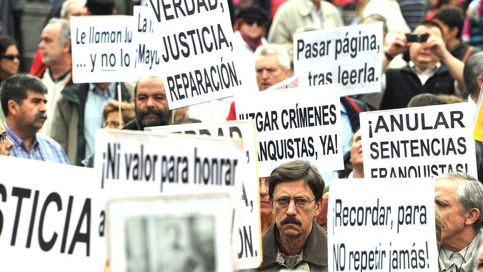 Manifestación en favor de Baltasar Garzón por su investigación de los crímenes cometidos durante el Franquismo.