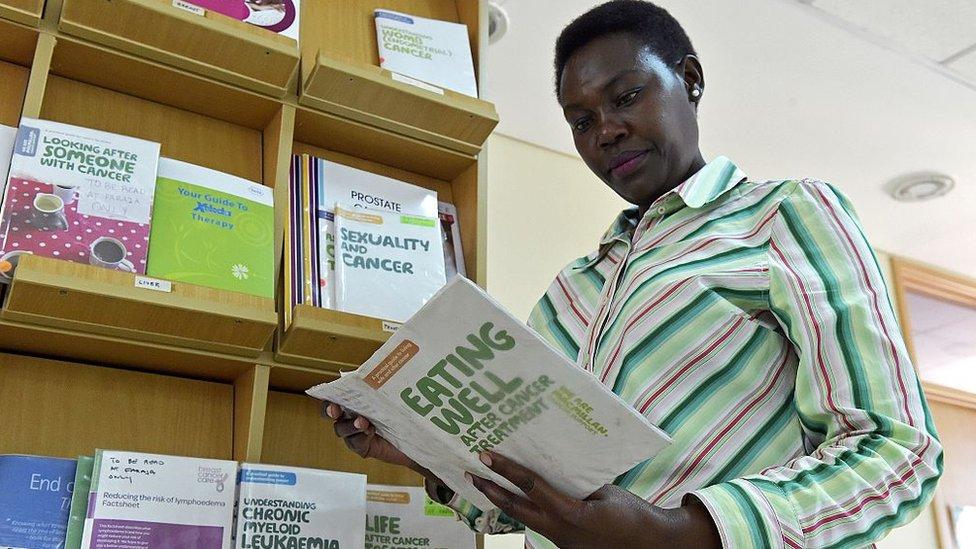 Mujer leyendo información sobre cáncer de mama.