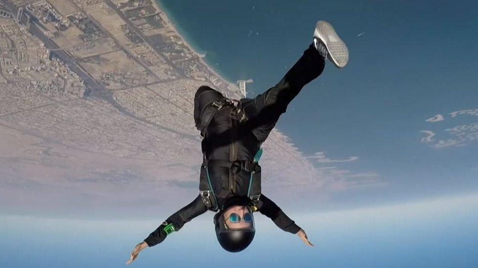 Sheikha Latifa haciendo paracaidismo