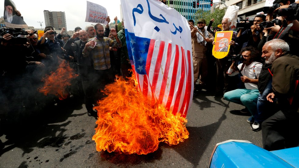Hombres queman bandera de Estados Unidos en Teherán