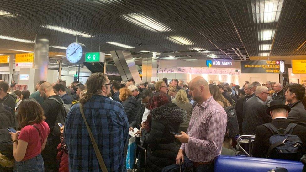 Yolcular terminalde bekletiliyor