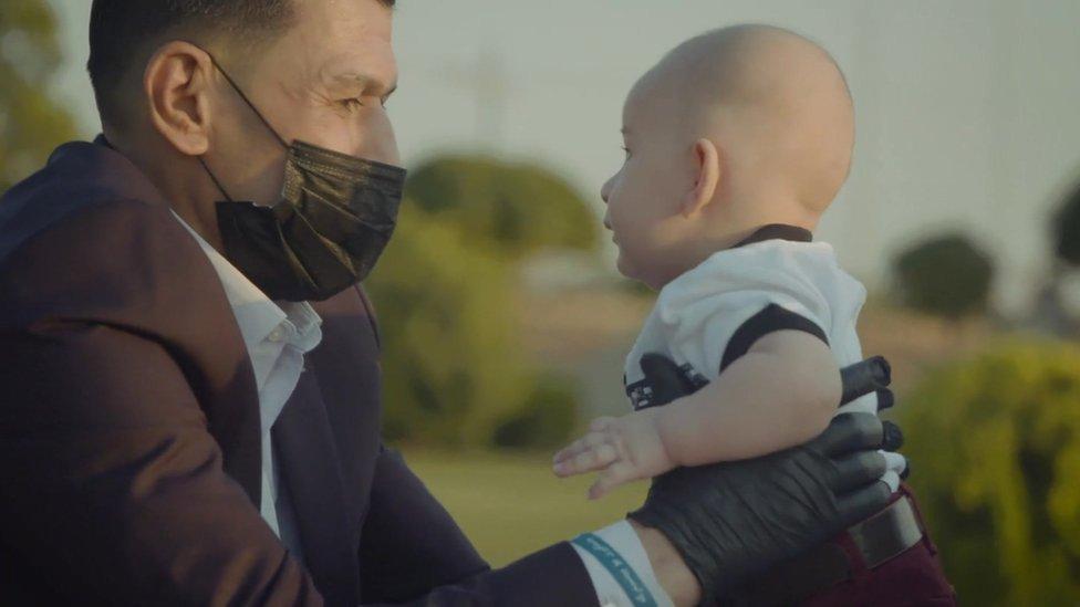 Abdullah Kurdi con su nuevo hijo Alan