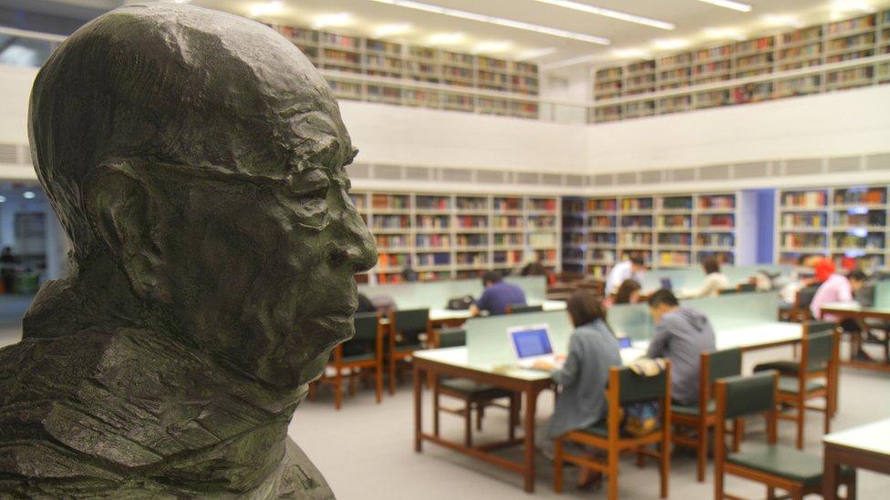 香港中文大學新亞書院錢穆圖書館內之錢穆銅像
