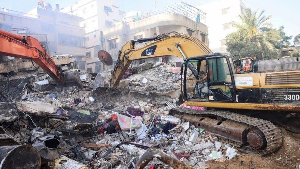 فرق الدفاع المدني تعمل على إزالة الركام الذي خلفته الغارات الجوية الإسرائيلية على غزة فجر اليوم
