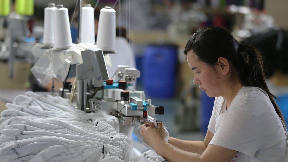 عاملة في مصنع بالصين