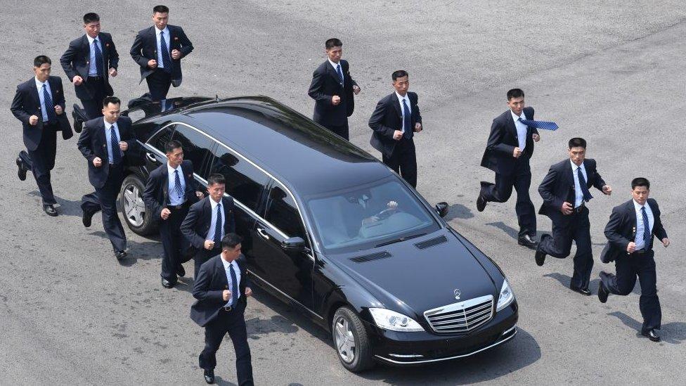 Para pengawal pertama kali terlihat berjalan di samping iring-iringan mobil Kim pada pertemuan antar-Korea pada bulan April