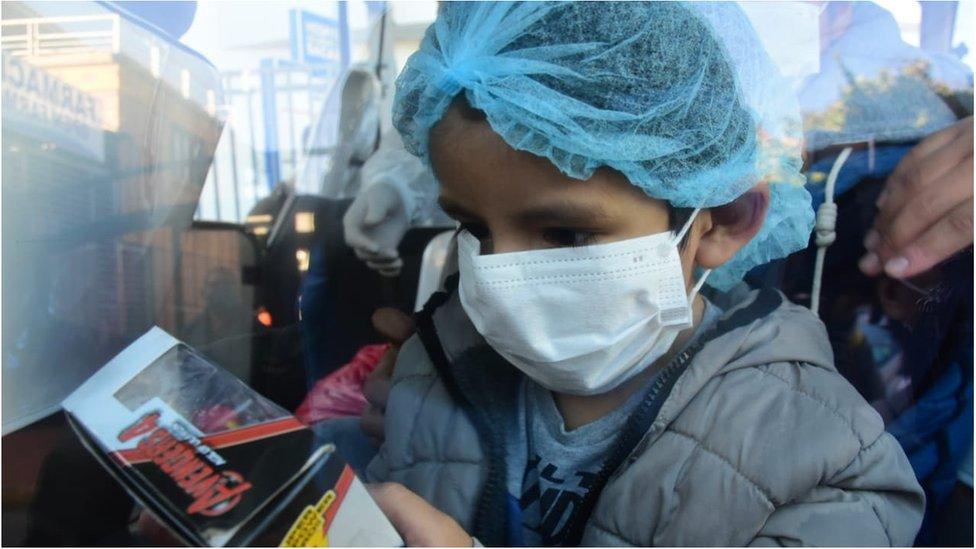 Los niños recibieron juguetes y golosinas como regalos del personal del hospital donde permanecieron.