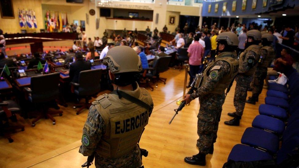 Soldados armados con armas de guerra entraron en el salón de sesiones del Parlamento.
