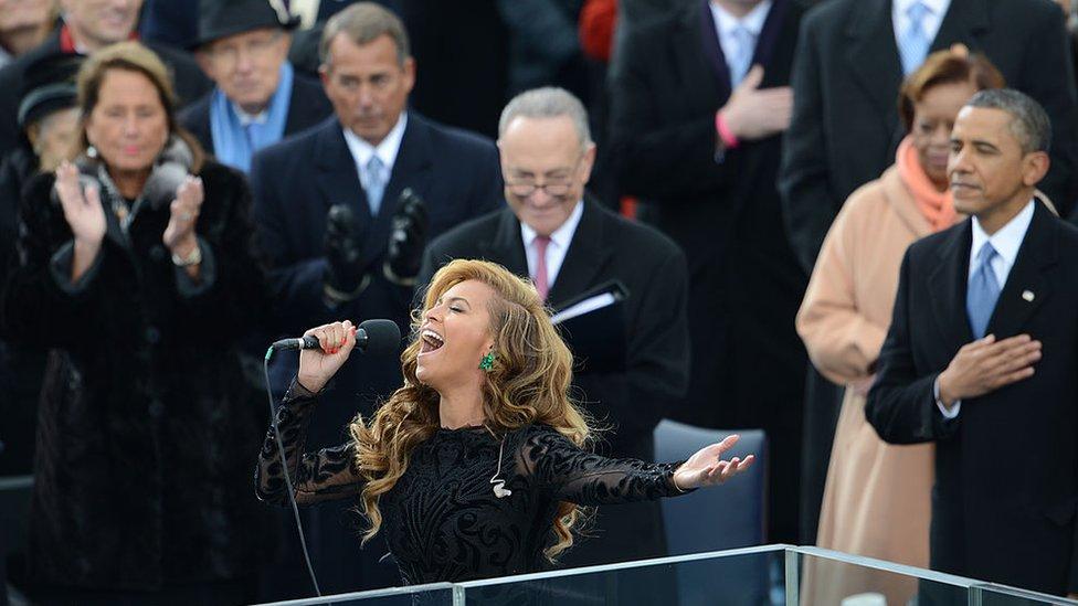 Beyonce canta el himno nacional de EE.UU. en la toma de posesión de Obama en 2013.