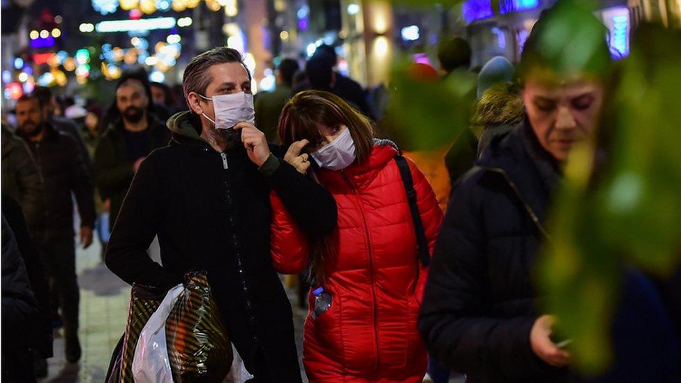 Coronavirus'a karşı maskeyle sokağa çıkan insanlara İstanbul'daki İstiklal Caddesi'nde rastlamak mümkün