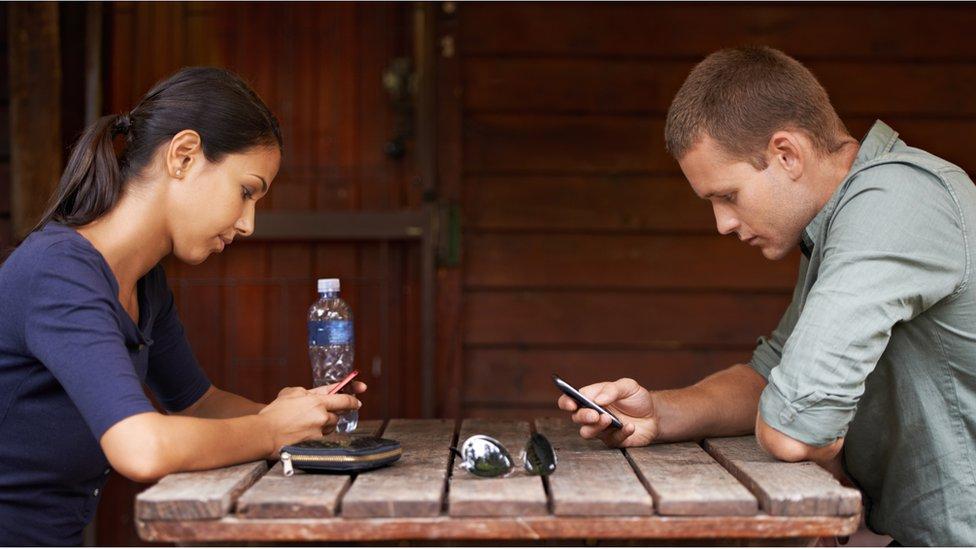 pareja usando celular