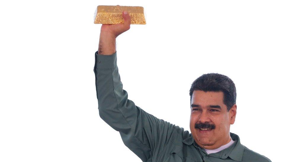 مادورو يرفع سبيكة من الذهب