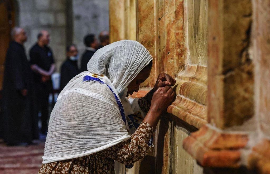 مصلية إثيوبية عند قبر المسيح في القدس