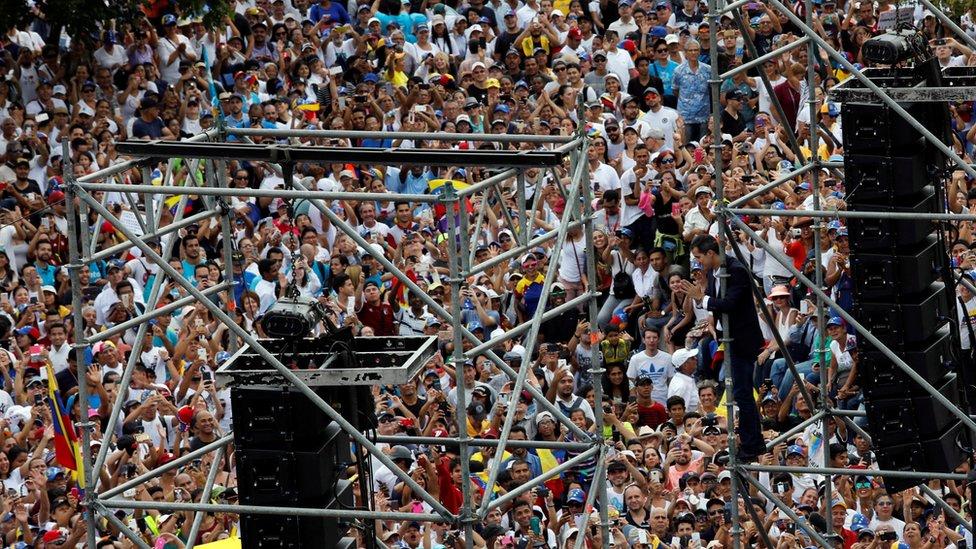 Multitud en un discurso de Juan Guaidó