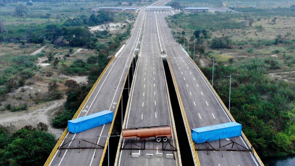 El puente Las Tienditas tiene bloqueados todos sus carriles.