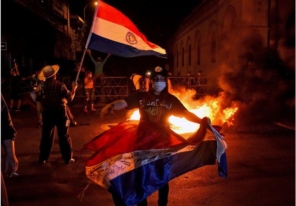 巴拉圭民眾舉行示威,抗議當局防疫不力。