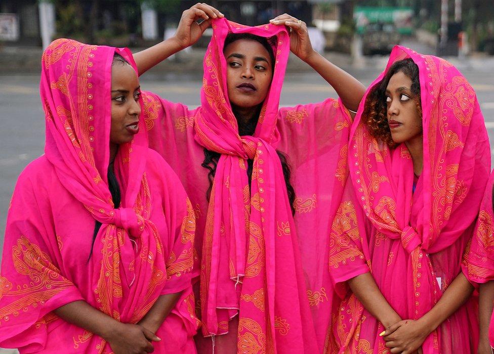 شابات إثيوبيات بالملابس التقليدية لمنطقة شرقي البلاد في احتفال تدشين ميدان مسكل بعد تجديده.
