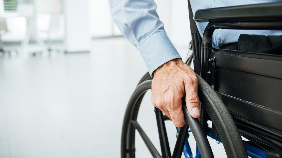 Un grupo de jóvenes inventores suizos pensó que la silla de ruedas necesitaba una revolución.