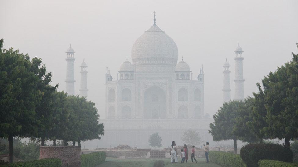 El Taj Mahal con neblina.