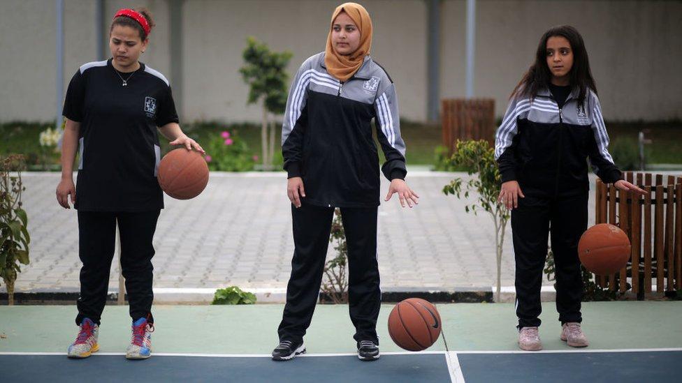فتيات يلعبن كرة السلة