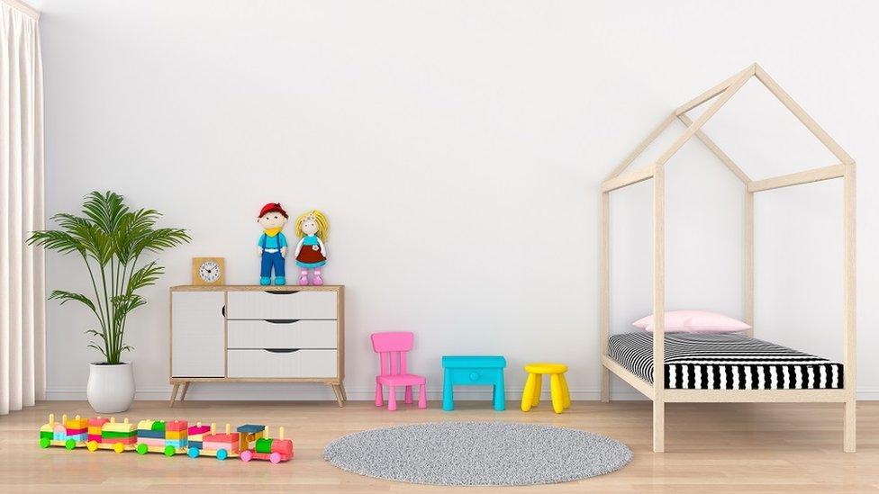 Moderna dečija soba, sa krevetom, fiokama, biljkom i igračkama