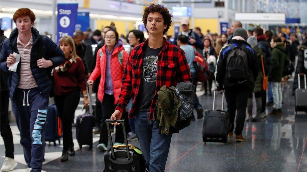 Aeropuerto lleno de viajeros por Acción de Gracias