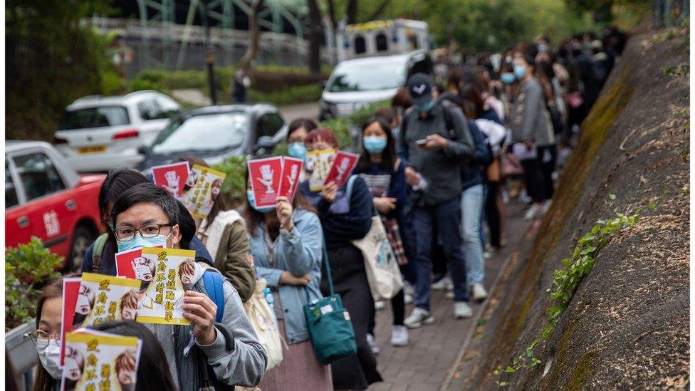 周二,大批醫護人員罷工,排隊聯署支持。