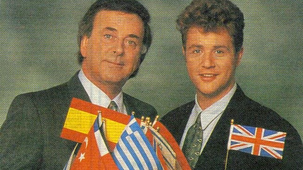 Michael Ball ifanc gyda'r diweddar Terry Wogan yn hyrwyddo Eurovision '92