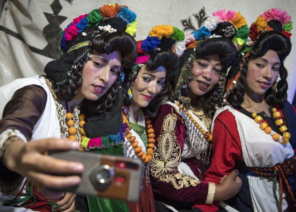 """في احتفالات العرس وفي وسط المغرب في شهر سبتمبر/أيلول نساء أمازيغيات يلتقطن صور """"سيلفي""""."""