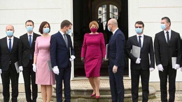 رئيسة سلوفاكيا، سوزانا كابوتوفا، ترتدي كماكات توافق زيها