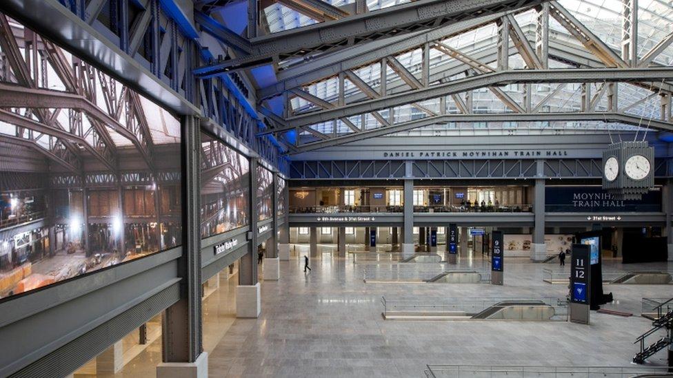 Area terbuka di stasiun Penn, terletak di kantor pos Farley yang berseberangan dengan stasiun Penn.